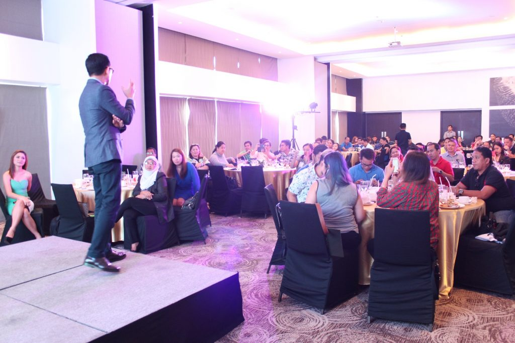 Francis Kong talks to participants of Acer Academy Davao